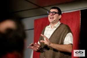Un humoriste français qui donne envie de rire et d'aller voir un spectacle vivant.