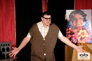Un spectacle de théâtre comique avec un artiste comédien, magicien et drôle