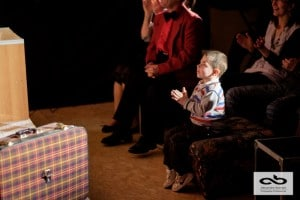 Un artiste comedien et magicien dans un spectacle comique